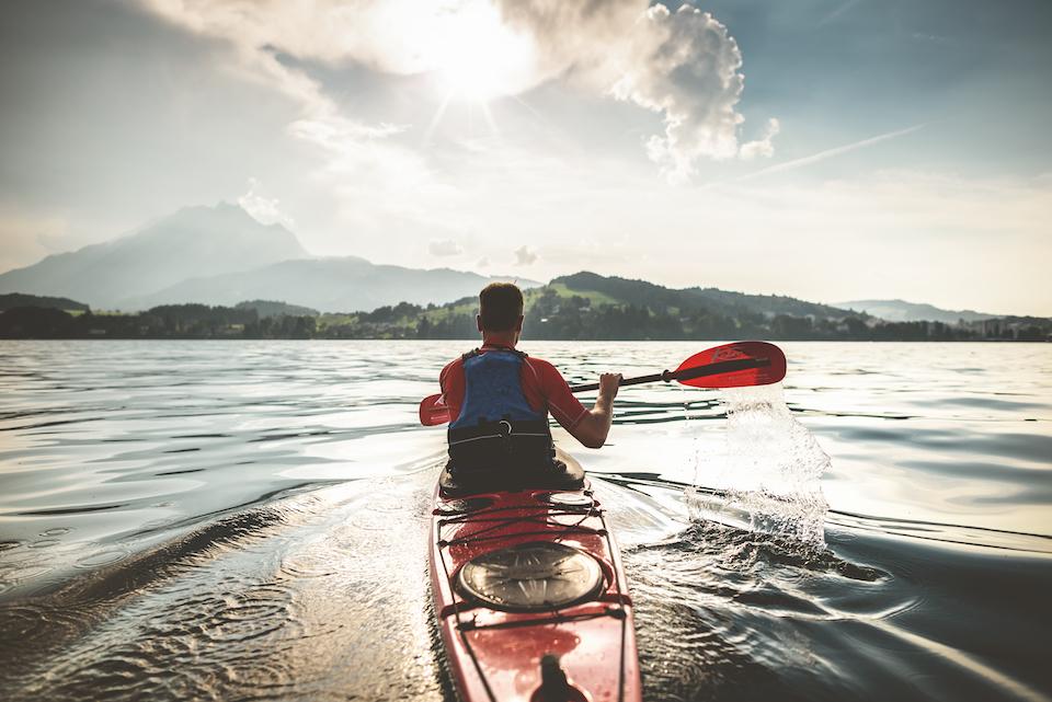 Schweiz. ganz natuerlich. Shooting: Keystory Luzern Canoeing auf dem Vierwaldstaettersee zur abendlichen Stimmung.