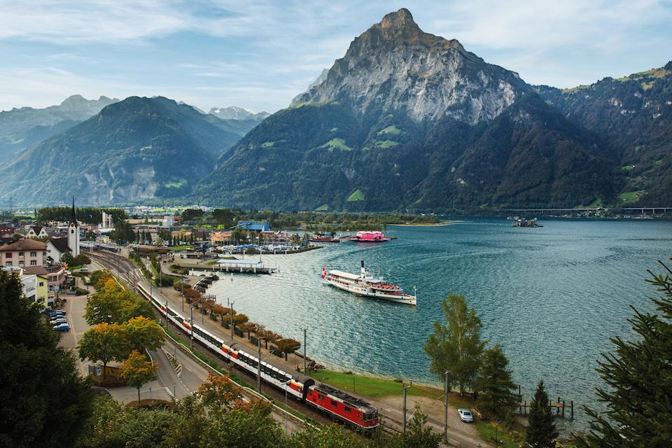 SWISS TRAVEL SYSTEM - Gotthard Panorama Express bei Flueelen, Zentralschweiz. Gotthard Panorama Express at Flueelen, Central Switzerland. Copyright by: SBB/Swiss Travel System By-line: swiss-image.ch/Dominik Baur